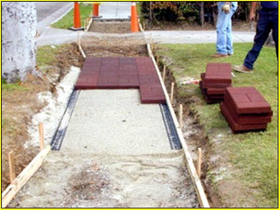 Как уложить тротуарную плитку своими руками на песок видео